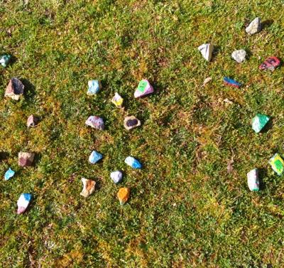 Les galets ont été décorés et cachés par les CM2.